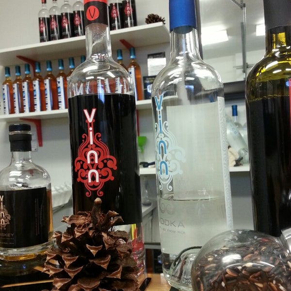 Foto tomada en Vinn Distillery por Stephanie A. el 12/22/2013