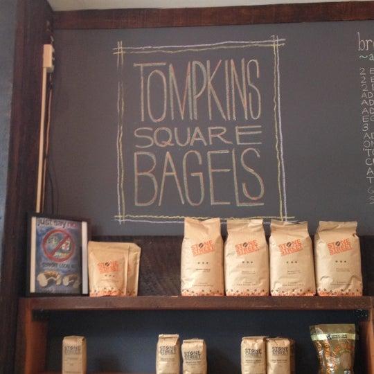 10/8/2012 tarihinde Meg C.ziyaretçi tarafından Tompkins Square Bagels'de çekilen fotoğraf