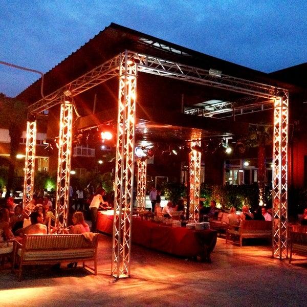 Location meravigliosa!!!Parcheggio interno enorme, 2 piani, 4 bar e discoteca esterna...a Milano il must dell'estate!!