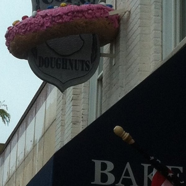 รูปภาพถ่ายที่ Cops & Doughnuts Bakery โดย Jessica B. เมื่อ 5/28/2013