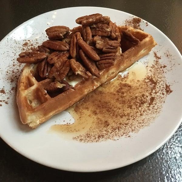 Das Foto wurde bei Waffle Era Tea Room von Matthew T. am 4/22/2016 aufgenommen
