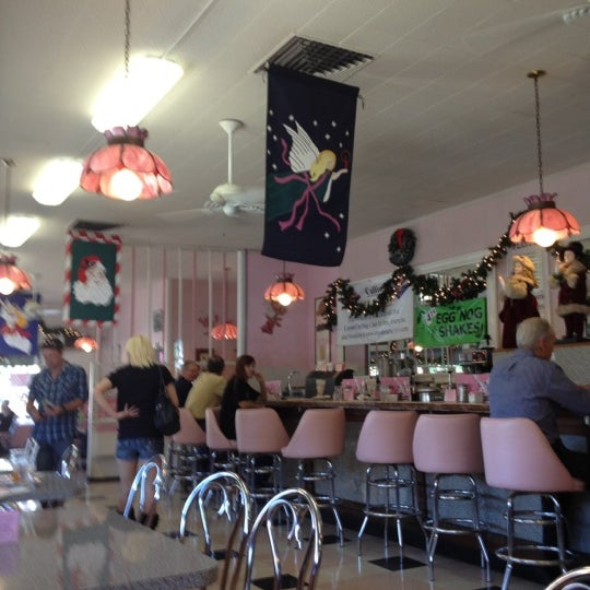Foto tirada no(a) Sugar Bowl Ice Cream Parlor Restaurant por Barb S. em 11/28/2012
