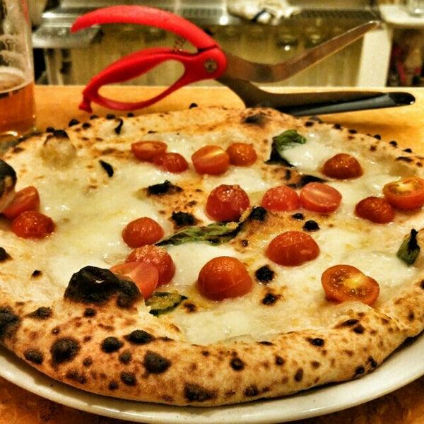 Foto scattata a Menomalé Pizza Napoletana da Aaron L. il 4/10/2016