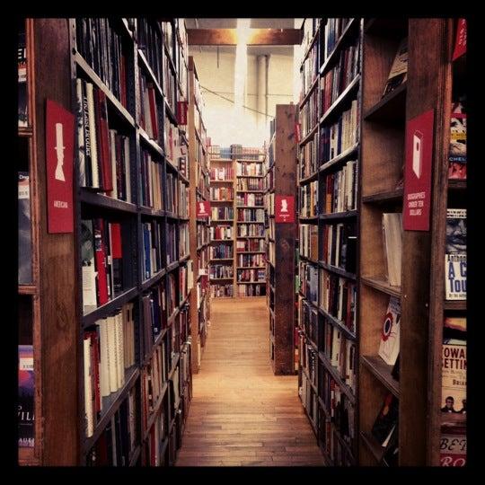 Das Foto wurde bei Strand Bookstore von Candy S. am 11/16/2012 aufgenommen