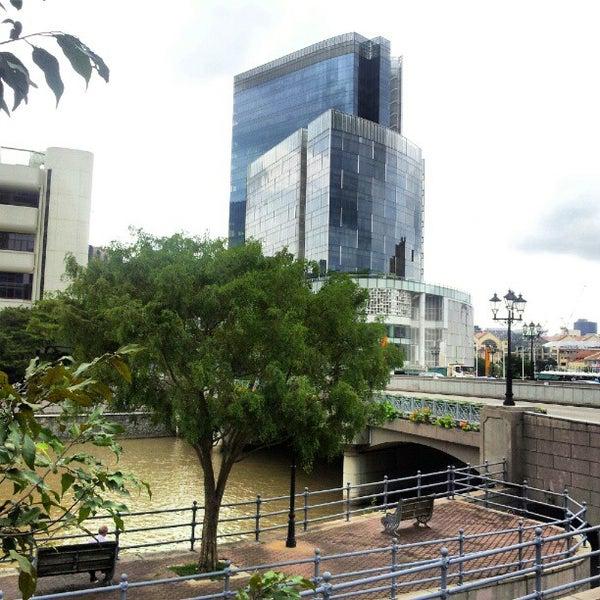 Foto diambil di Singapore River oleh Irwan A. pada 12/30/2012