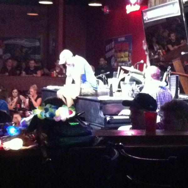 Das Foto wurde bei Shout House Dueling Pianos von Barbara B. am 9/7/2013 aufgenommen