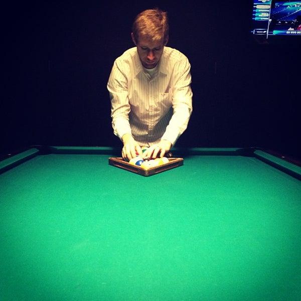 Foto tomada en Society Billiards + Bar por Katie R. el 5/25/2013