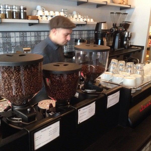 Foto scattata a Gorilla Coffee da Peter C. il 12/21/2013