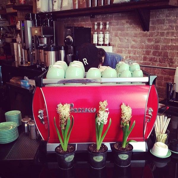 Das Foto wurde bei Double Dutch Espresso von Peter C. am 2/10/2014 aufgenommen