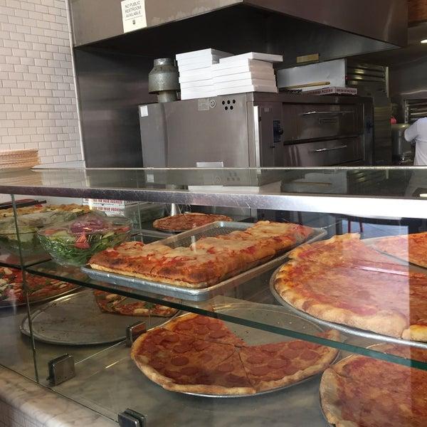 Foto scattata a Joe's Pizza da Bryan M. il 4/22/2016