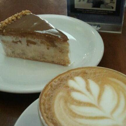 Torta de amendoim com um café latte B-)