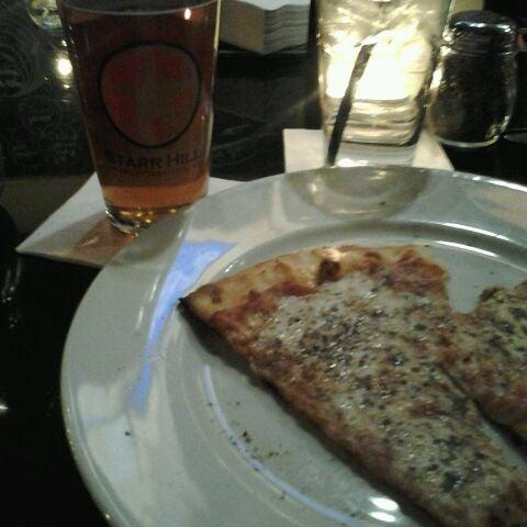 Foto tomada en Radius Pizza por Travis C. el 12/26/2011