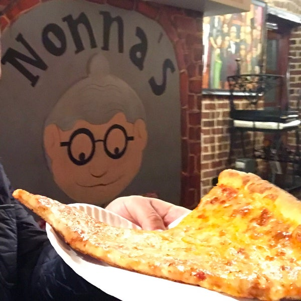 Foto tomada en Nonna's L.E.S. Pizzeria por Michael W. el 4/17/2017