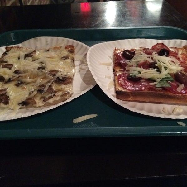 Foto tomada en Nonna's L.E.S. Pizzeria por Zooey G. el 5/8/2014