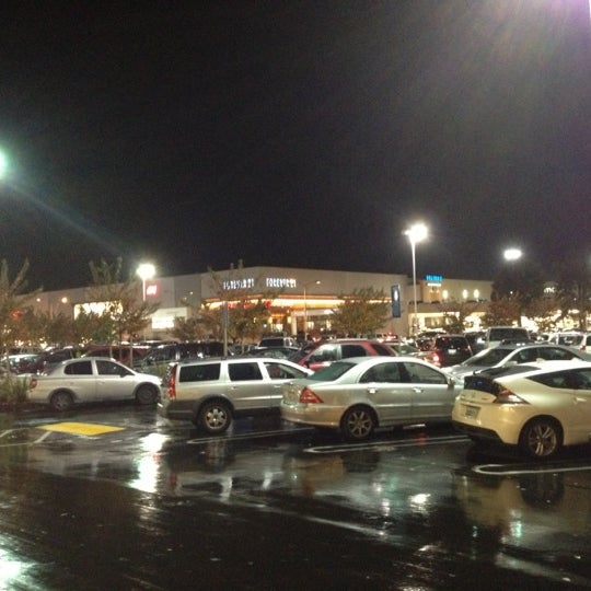 Foto tomada en Hillsdale Shopping Center por Sean M. el 12/16/2012