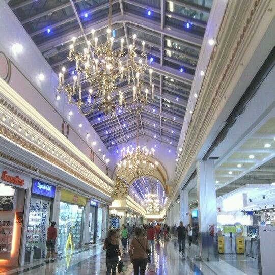 Foto tomada en Centro Comercial Gran Vía 2 por Javier C. el 9/27/2012