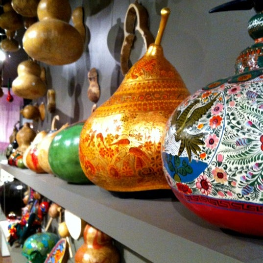 Una muestra de la artesanía convertida en arte del territorio nacional, no dejen de visitarlo: Alfarería, Textil, Platería. No dejen de visitar la tienda del museo artesanías de gran calidad