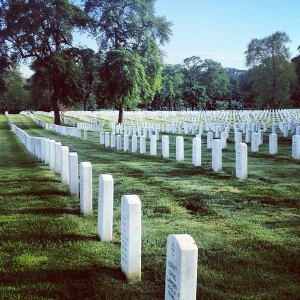 Foto tirada no(a) Arlington National Cemetery por Jordan M. em 5/16/2013