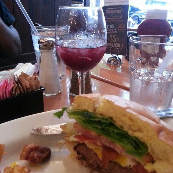 Foto diambil di Ottomanelli's Wine & Burger Bar oleh Constance R. pada 8/18/2013