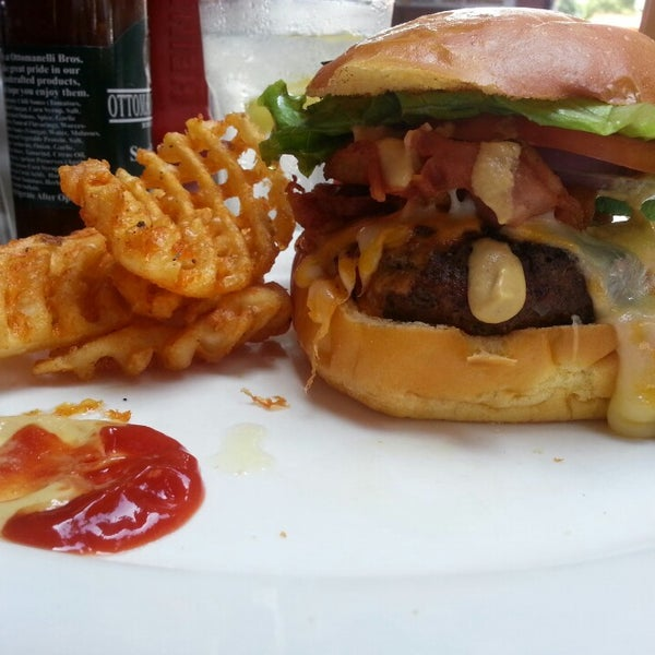 Foto diambil di Ottomanelli's Wine & Burger Bar oleh Constance R. pada 9/12/2013