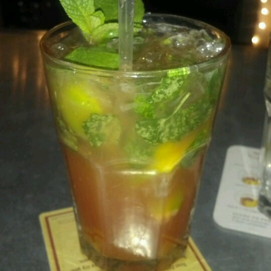 Foto tirada no(a) LT Bar & Grill por Desiree M. em 12/31/2012