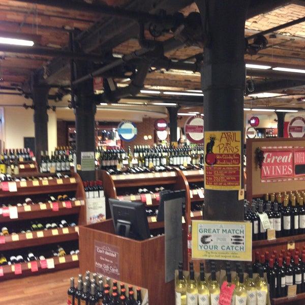 Foto tirada no(a) Astor Wines & Spirits por Robert S. em 4/19/2013