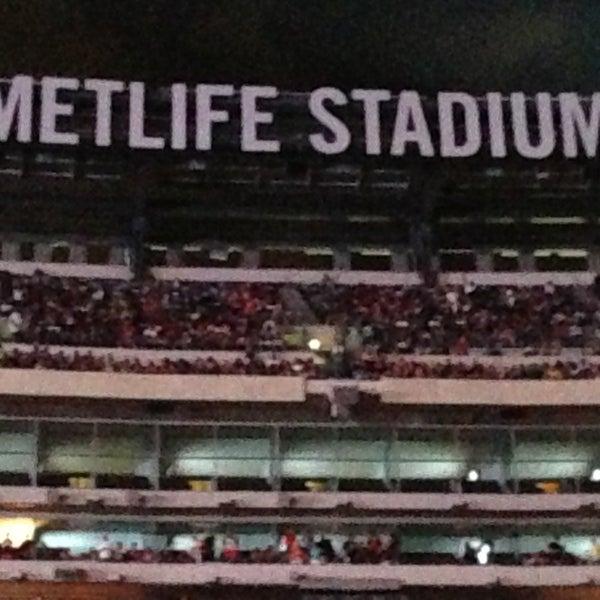 รูปภาพถ่ายที่ MetLife Stadium โดย Vikki เมื่อ 6/3/2013