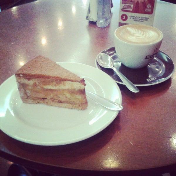 รูปภาพถ่ายที่ Exprèx Caffè โดย Gabrielle C. เมื่อ 5/20/2013