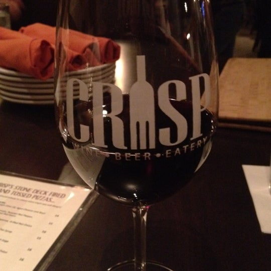 Photo prise au Crisp Wine-Beer-Eatery par Brittany P. le11/30/2012