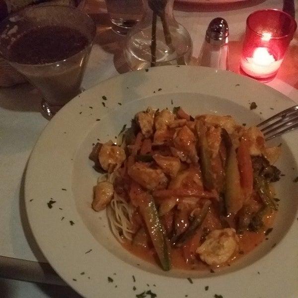 Das Foto wurde bei Lasagna Restaurant von Dennis T. am 12/8/2014 aufgenommen