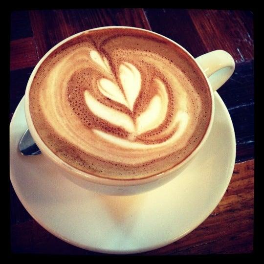 Das Foto wurde bei Lenox Coffee von Kimberly B. am 10/7/2012 aufgenommen