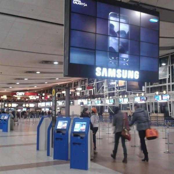 Foto tirada no(a) Aeropuerto Internacional Comodoro Arturo Merino Benítez (SCL) por Paula D. em 7/20/2013