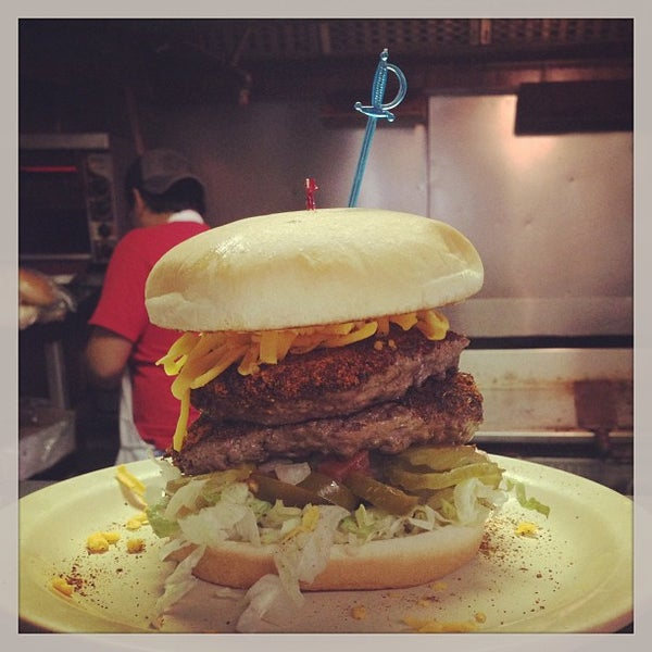 Foto tirada no(a) Hut's Hamburgers por Oscar G. em 2/9/2013