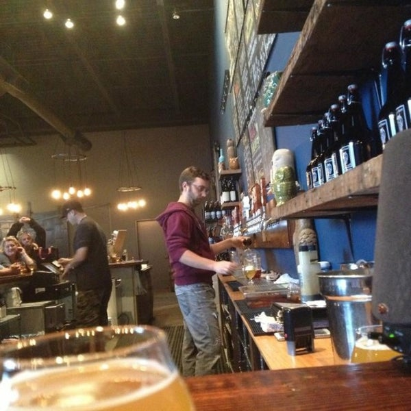 Foto scattata a Night Shift Brewing, Inc. da Sean J. il 10/13/2014
