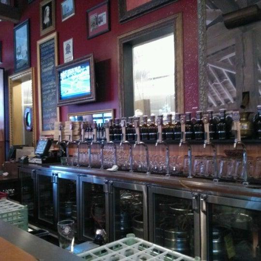 Foto tomada en Deschutes Brewery Portland Public House por Tobias H. el 12/3/2012