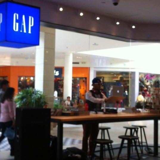 Foto tomada en Hillsdale Shopping Center por Elizabeth P. el 9/30/2012