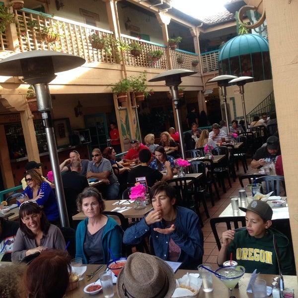 รูปภาพถ่ายที่ Cafe Coyote โดย Joseph R. เมื่อ 10/26/2013