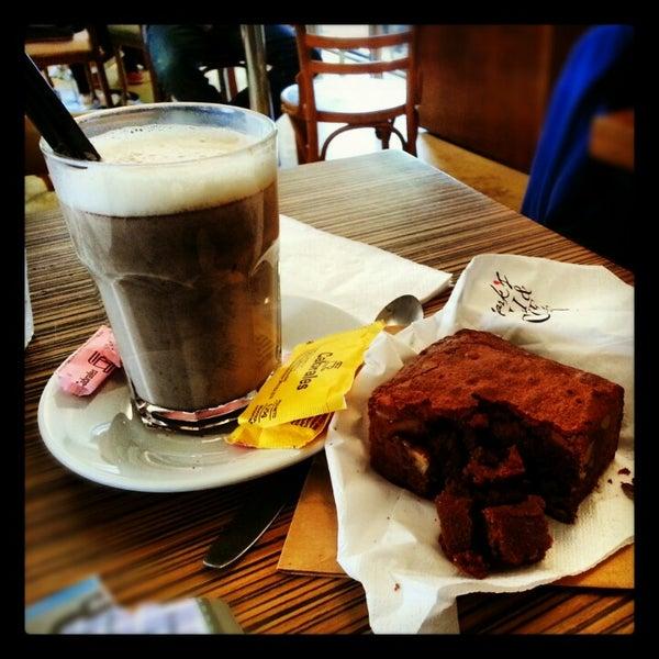 Foto diambil di Mark's Deli & Coffee House oleh Fabiola D. pada 10/29/2012