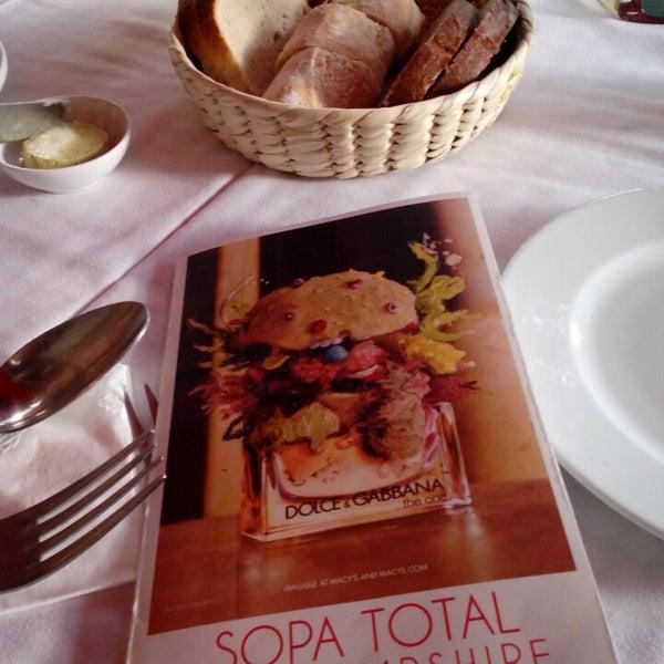Foto tirada no(a) Café La Gloria por Nissim W. J. em 6/30/2013