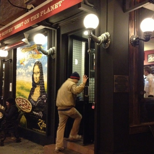 Das Foto wurde bei Lombardi's Coal Oven Pizza von Stumble A. am 11/24/2012 aufgenommen
