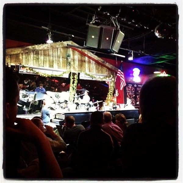 Das Foto wurde bei Shout House Dueling Pianos von John L. am 12/11/2012 aufgenommen