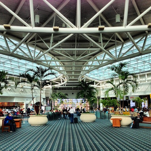 Foto tirada no(a) Aeroporto Internacional de Orlando (MCO) por Paige em 2/28/2013