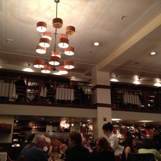 Das Foto wurde bei Beacon Restaurant & Bar von Vonatron L. am 11/11/2012 aufgenommen