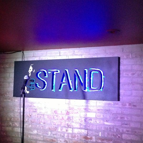 รูปภาพถ่ายที่ The Stand Restaurant & Comedy Club โดย Jodee C. เมื่อ 5/26/2013