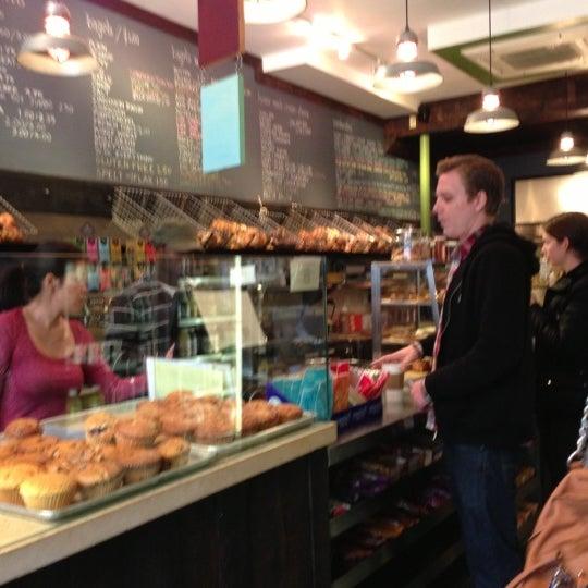 10/14/2012 tarihinde Becky C.ziyaretçi tarafından Tompkins Square Bagels'de çekilen fotoğraf