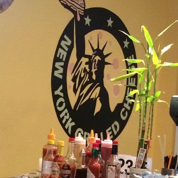 Foto tomada en New York Grilled Cheese Co. por Alex F. el 5/1/2014