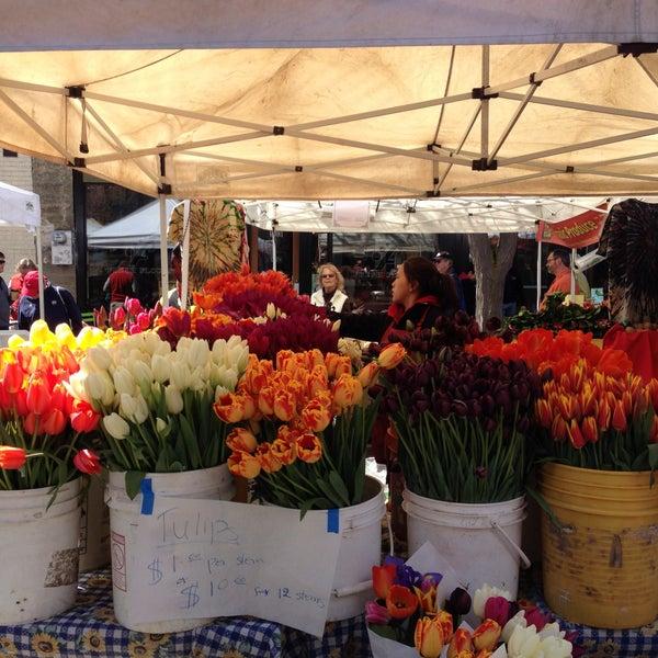 Photo prise au Ballard Farmer's Market par Travelingjoe le4/14/2013