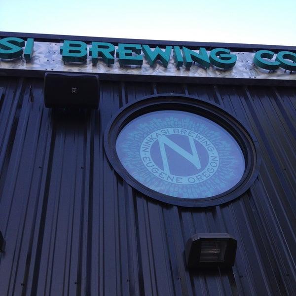รูปภาพถ่ายที่ Ninkasi Brewing Tasting Room โดย Chad W. เมื่อ 5/10/2013