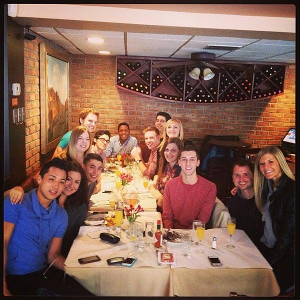 Das Foto wurde bei Lasagna Restaurant von Henry P. am 4/13/2013 aufgenommen