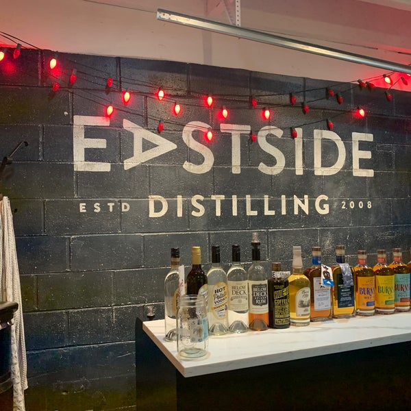 Foto tomada en Eastside Distilling por Lesa M. el 1/31/2020